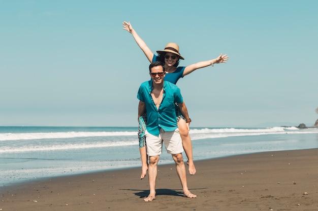 Paare, die spaß am strand haben