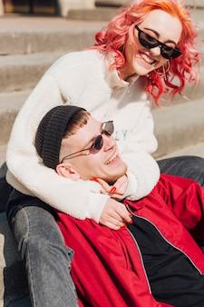Paare, die spaß auf treppe des gebäudes haben
