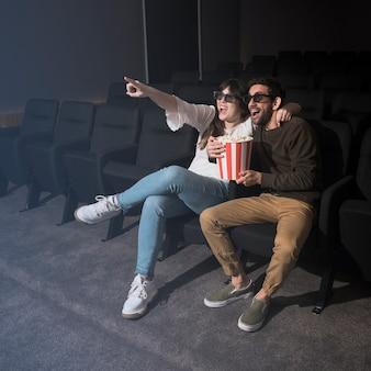 Paare, die spaß im kino haben