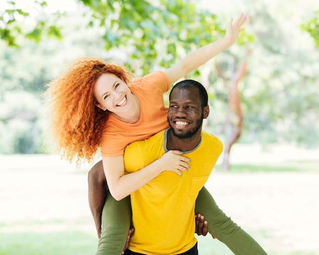 Paare, die spaß im park haben