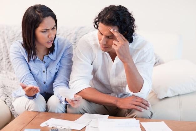 Paare, die über finanzprobleme sprechen