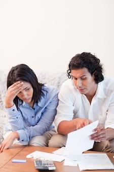 Paare, die über schlechte nachrichten sprechen, erhielten sie durch post