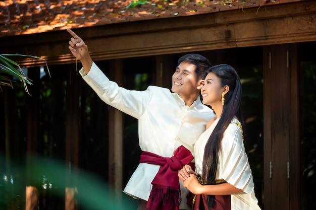 Paare, die vor der hochzeit fotos im thailändischen stil schießen. weiches schönes vorhochzeitsfoto der braut und des bräutigams.