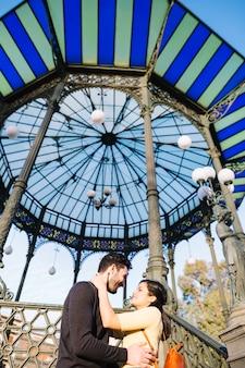 Paare, die vor einer pergola aufwerfen