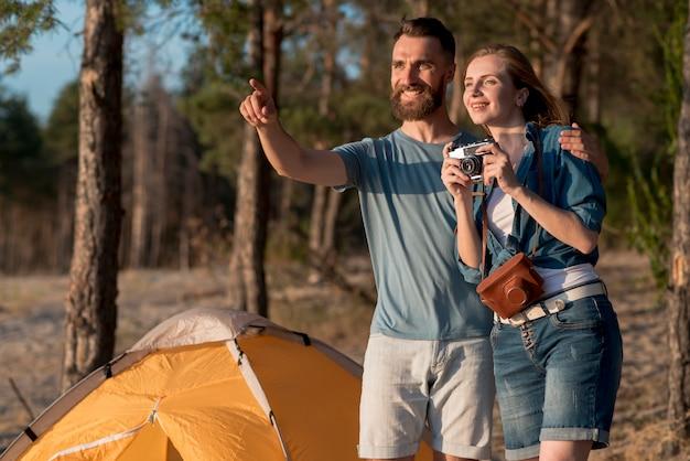 Paare, die weg schauen und ein foto machen
