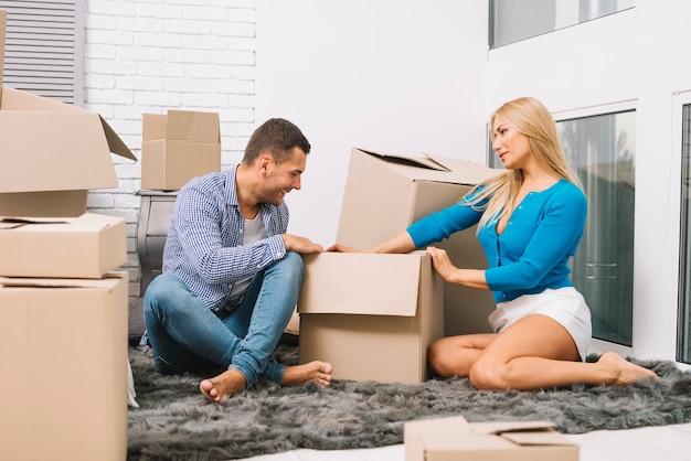 Paare, die zu hause kästen auspacken
