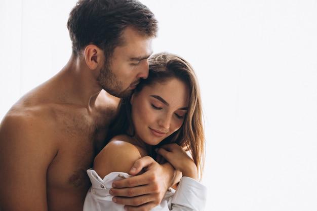 Paare, die zu hause umfassen