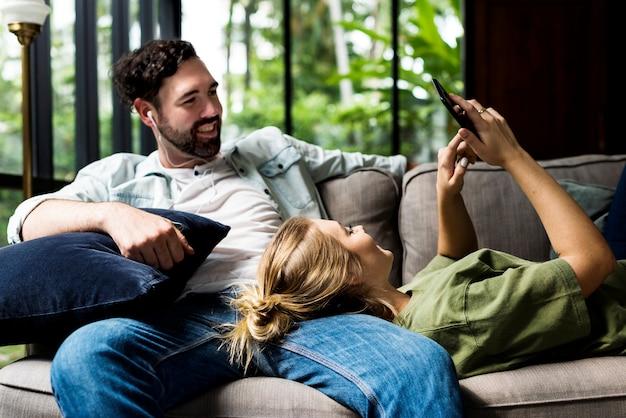 Paare, die zusammen das wochenende verbringen