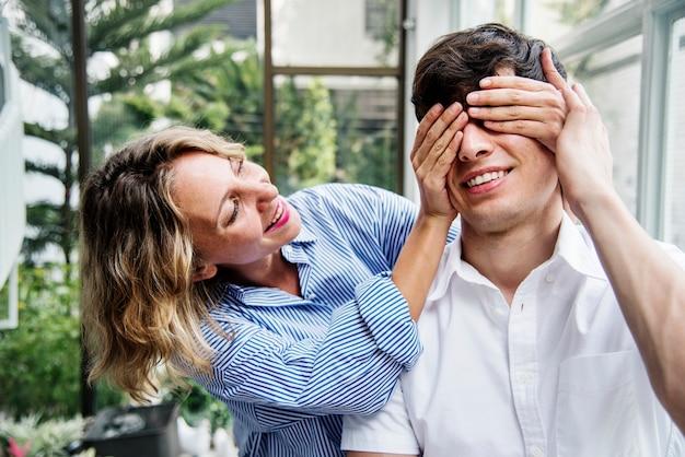 Paare, die zusammen ein wochenende genießen
