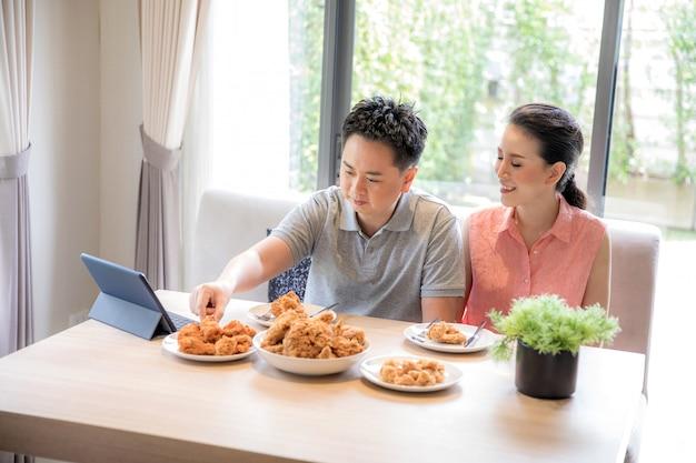 Paare, die zusammen essen
