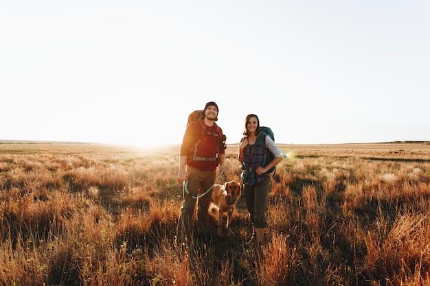Paare, die zusammen in der wildnis wandern