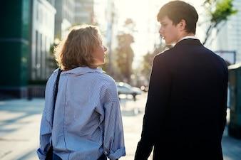 Paare, die zusammen in die Stadt gehen