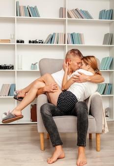 Paare, die zusammen in einem lehnsessel bleiben