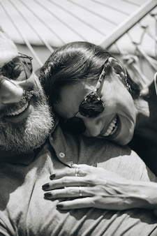 Paare, die zusammen in einer hängematte stillstehen