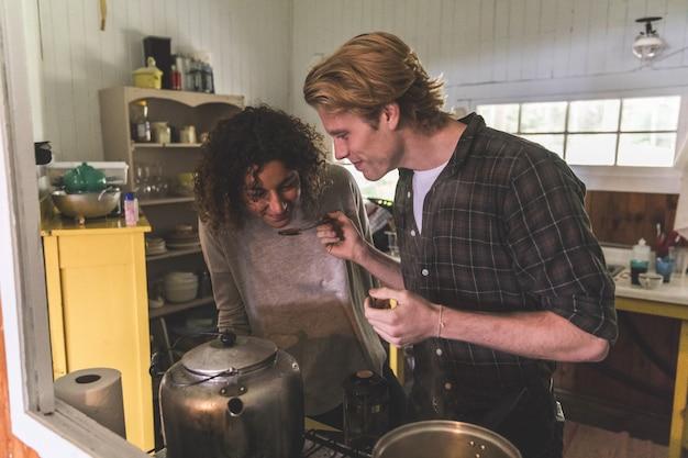 Paare, die zusammen in einer kabine kochen