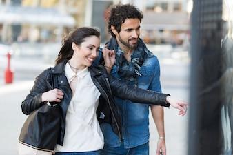 Paare, die zusammen kaufen tun