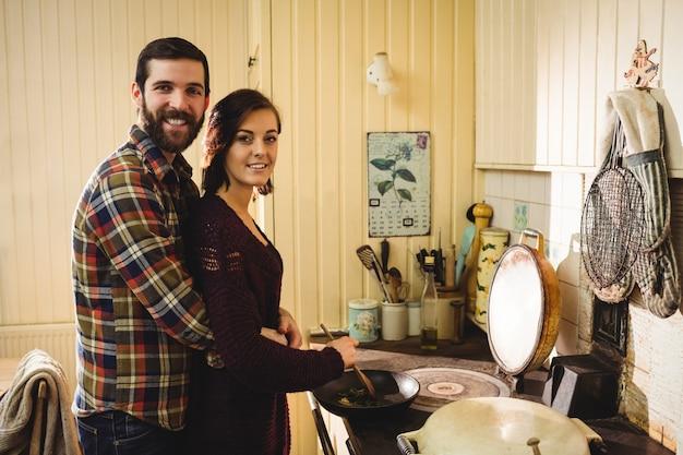 Paare, die zusammen lebensmittel in der küche zubereiten