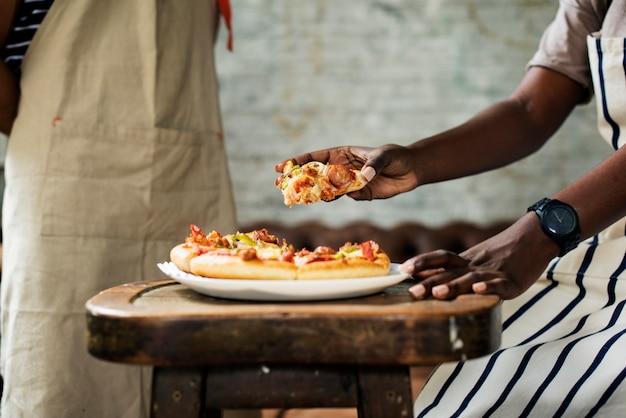 Paare, die zusammen pizza essen