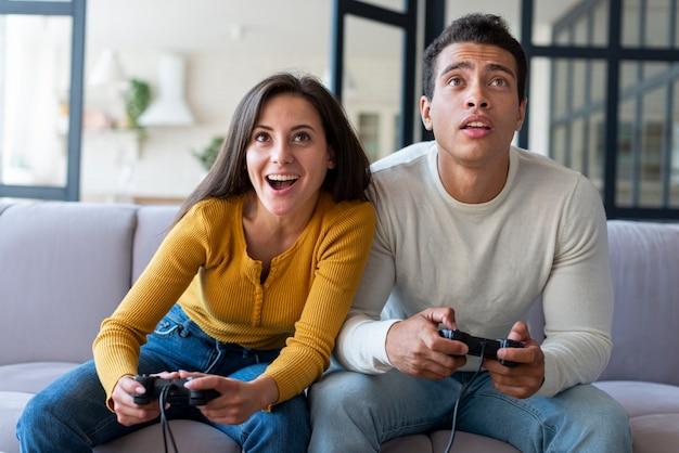Paare, die zusammen videospiele spielen