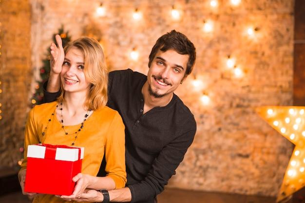 Paare, die zusammen weihnachten mit lichtern feiern