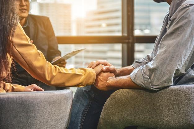 Paare diskutieren probleme in der familie mit einem psychiater.