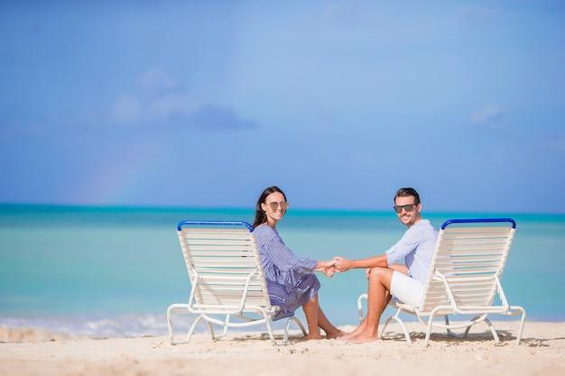 Paare entspannen sich auf einem tropischen strand bei malediven