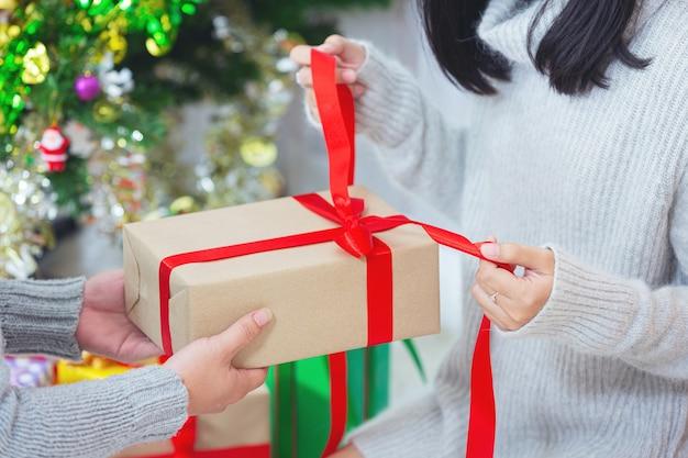 Paare genießen mit weihnachtsgeschenk