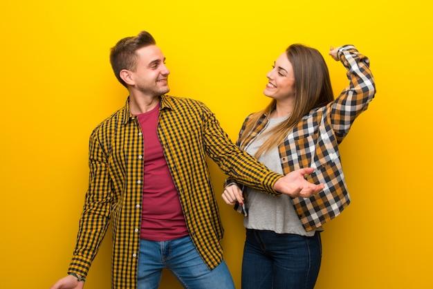 Paare genießen, zu tanzen, während sie musik an einer party hören
