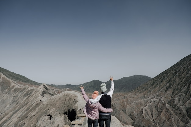 Paare handelnden medien, um auf dem berg bromo zu lieben.