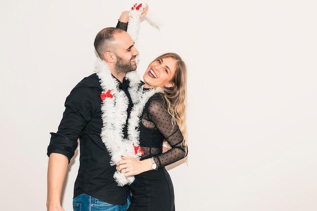Paare im lamettatanzen an der party