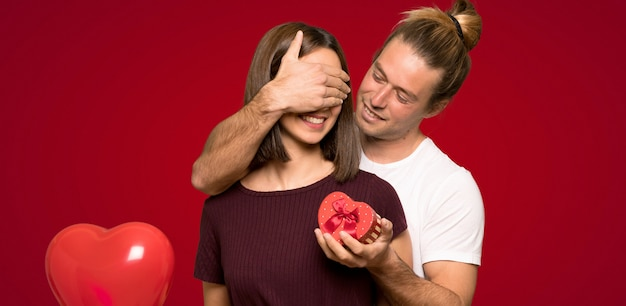 Paare im valentinstag, der geschenkbox hält