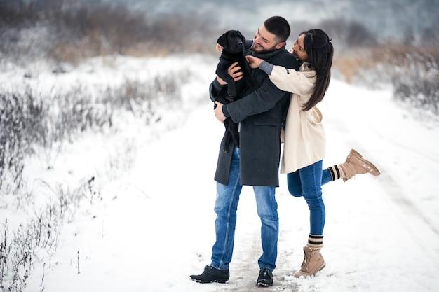 Paare im winter in der straße mit hund