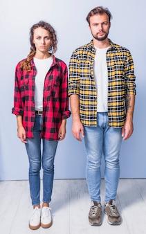 Paare in den hemden, die kamera betrachten