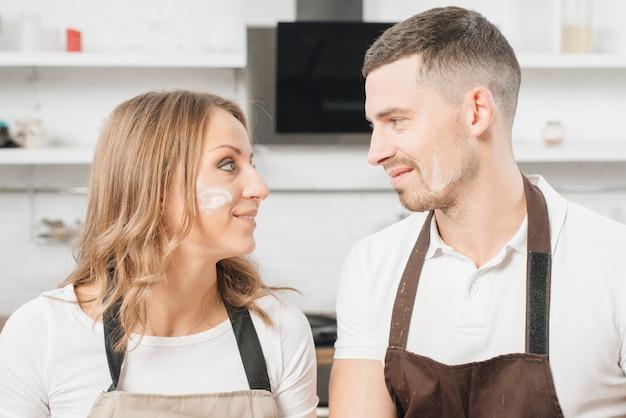 Paare in der küche, die einander betrachtet