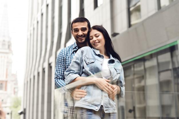 Paare in der liebe, die im modernen café im freien umarmt.