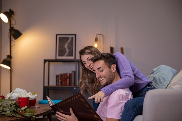 Paare in der liebe, die im wohnzimmer sich entspannt
