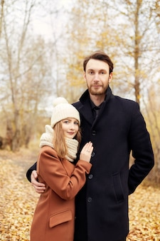 Paare in der liebe, die in den park, valentinstag geht