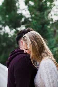 Paare in der liebe, die spaß hat