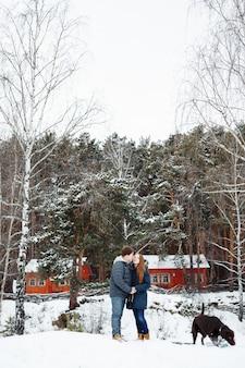 Paare in der liebe, die spaß mit labrador-hund hat