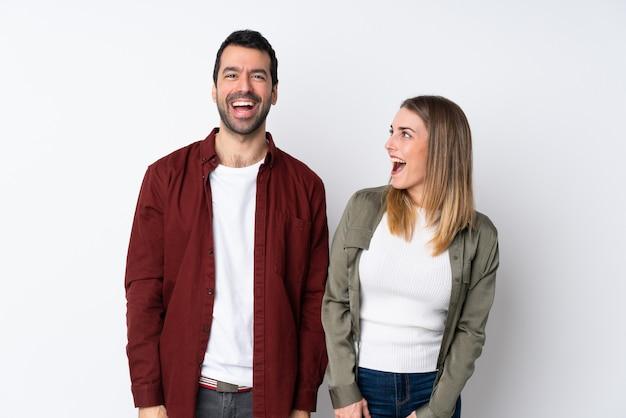 Paare in valentine day über lokalisierter wand mit überraschungsgesichtsausdruck