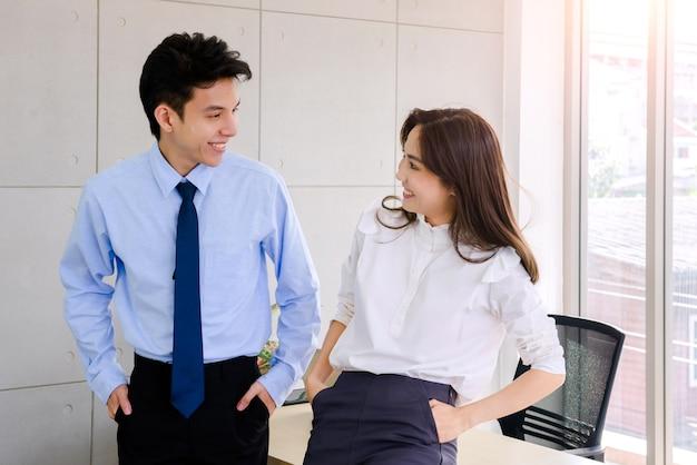 Paare lächeln im büro