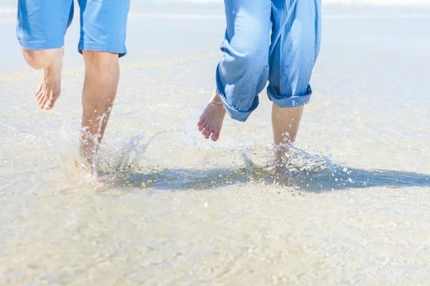 Paare laufen spaß am strand