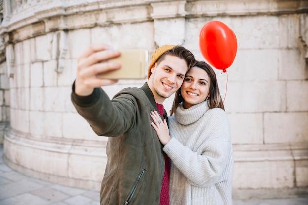 Paare mit dem ballon, der selfie nimmt