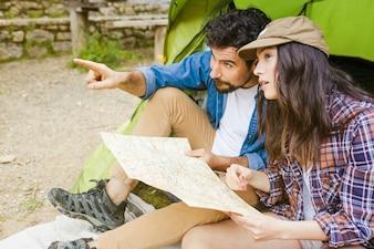 Paare mit der Karte, die Abstand betrachtet