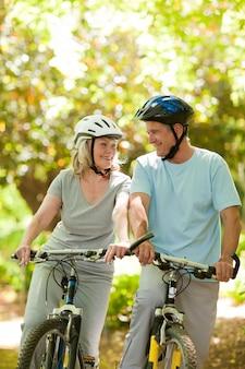 Paare mit ihren fahrrädern im holz