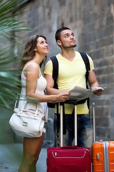 Paare mit karte auf stadtstraßen
