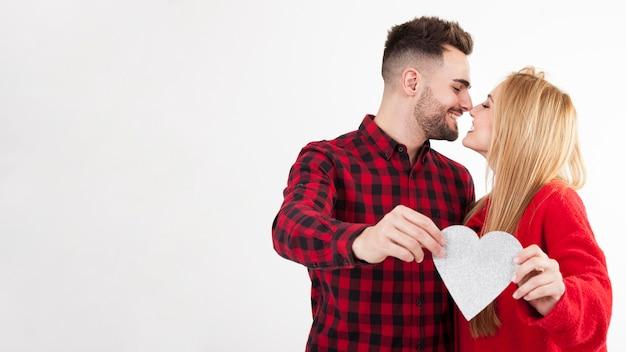 Paare mit rührenden nasen des herzens