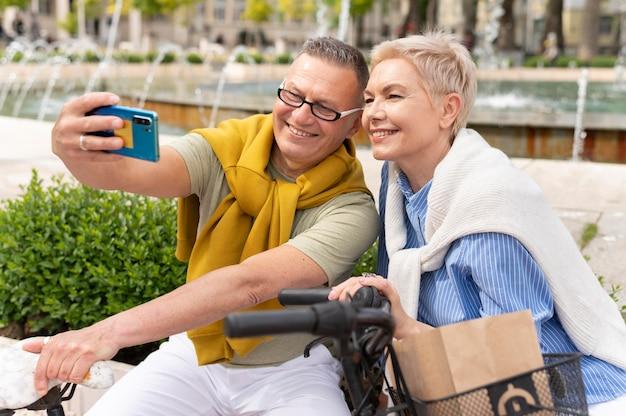 Paare mittleren alters, die sich an einem sonnigen tag verabreden