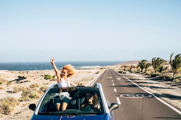 Paare reisen mit einem cabrio und genießen das leben mit spaß