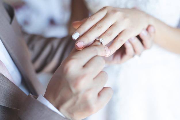 Paare sind am valentinstag verheiratet